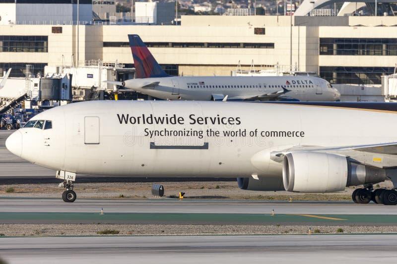 联合包裹服务公司UPS波音767在洛杉矶国际机场的货物航空器 库存照片