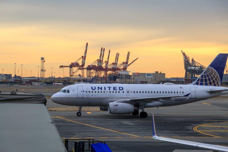 联合航空飞机在纽瓦克机场 免版税库存照片