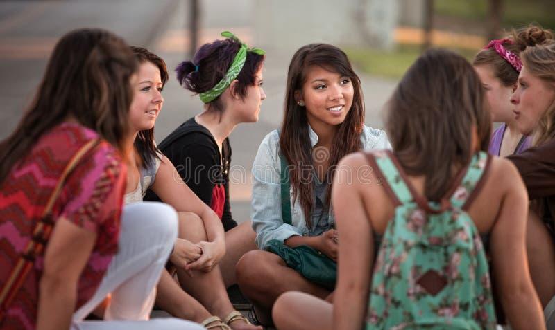 联系的女学生户外 免版税库存图片