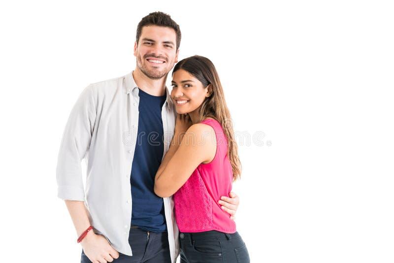 联系目光接触的年轻夫妇在演播室 免版税图库摄影