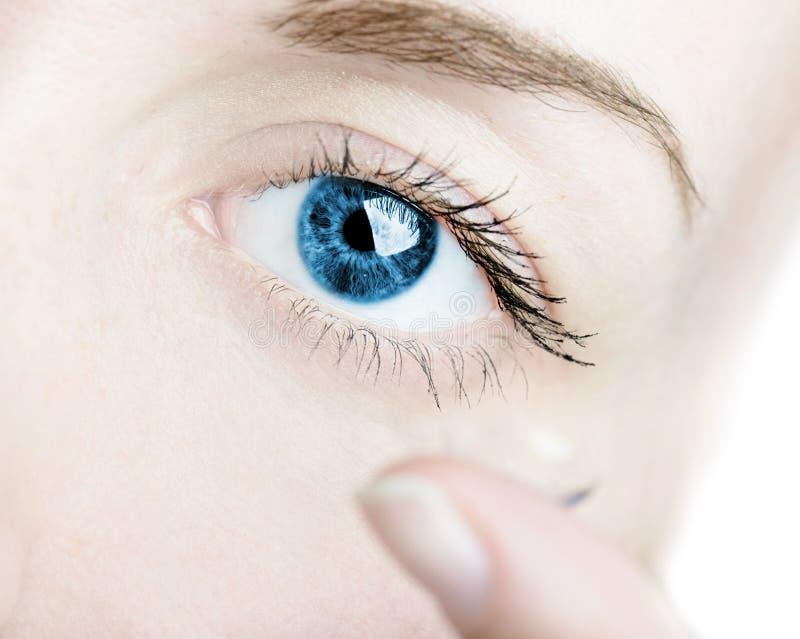 联络眼睛女性插入的透镜 免版税图库摄影