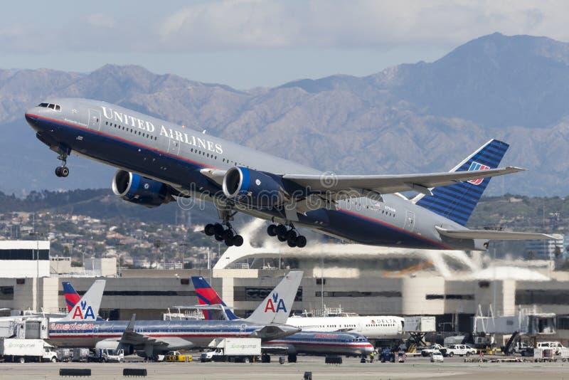 联航波音777飞机 免版税库存照片