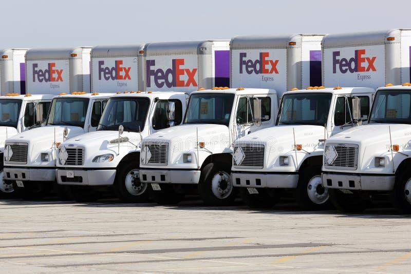 联邦快递公司在停车场的送货卡车很多  免版税图库摄影