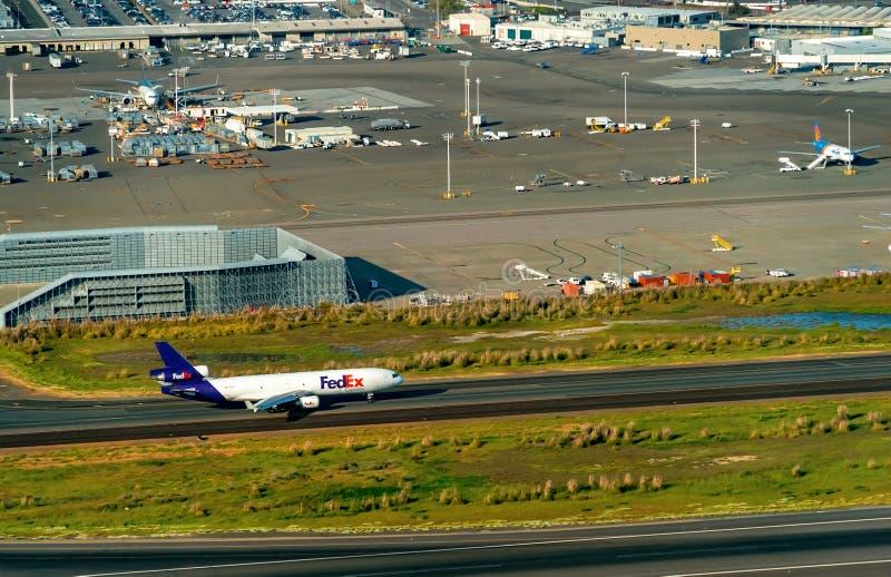 联邦快递公司飞机离去奥克兰国际Aiport 免版税库存照片
