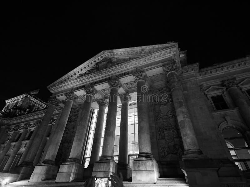 联邦议会议会在柏林在黑白的晚上 图库摄影