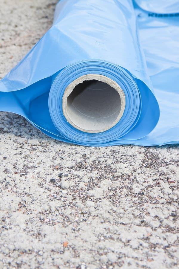 聚乙烯保护制约蒸气段落的蒸气障碍从结构的热的部分对冷的部分  免版税库存照片