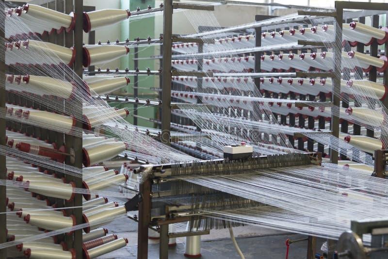聚乙烯在植物的细丝生产,机床自动化的工作  免版税图库摄影