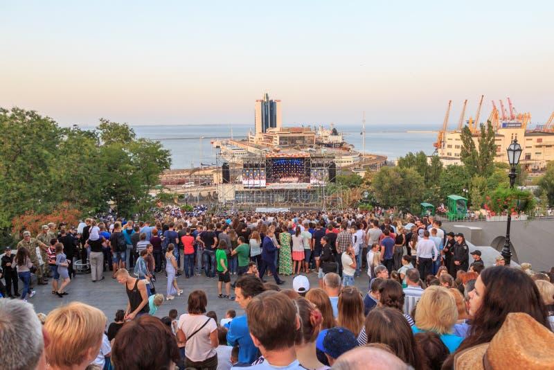 聚集在potemkin台阶的人们庆祝傲德萨诞生在傲德萨,乌克兰 库存照片
