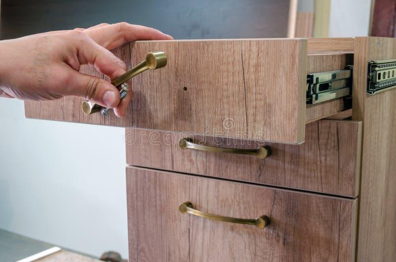 聚集的家具,安装家具装饰把柄在家具门面 免版税库存照片