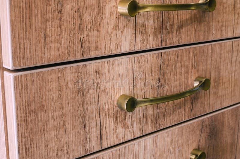 聚集的家具,安装家具装饰把柄在家具门面 免版税库存图片