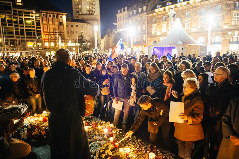 Download 聚集从巴黎攻击的受害者团结的人们 编辑类库存照片. 图片 包括有 祈祷, 临时, 蜡烛, 害怕, 法国, 吉他 - 62537998