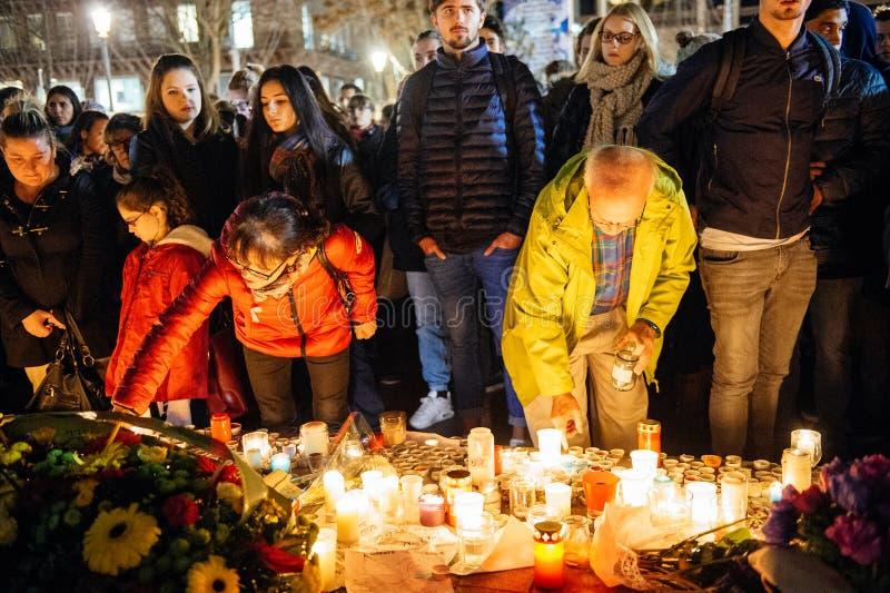 Download 聚集从巴黎攻击的受害者团结的人们 编辑类库存照片. 图片 包括有 殷勤地, 拒付, 临时, 和平, 法国 - 62538283