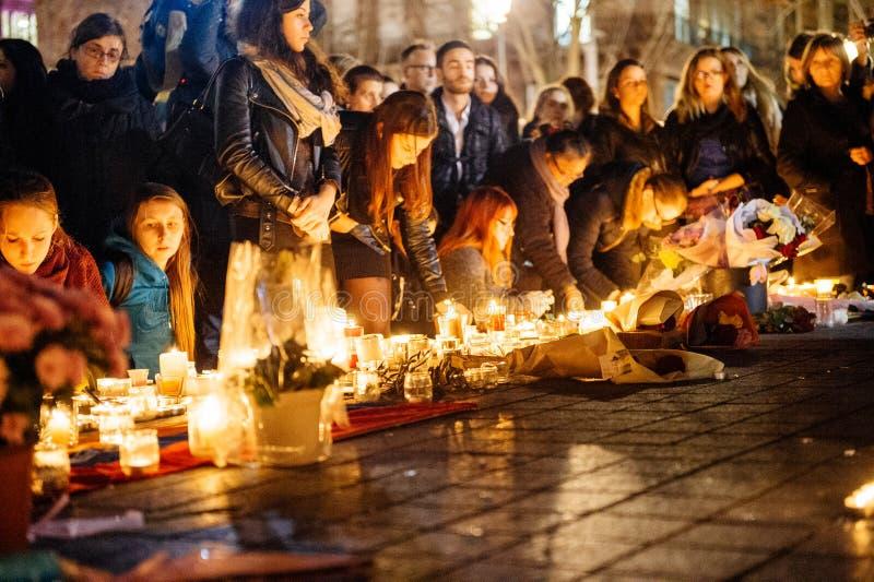 Download 聚集从巴黎攻击的受害者团结的人们 编辑类图片. 图片 包括有 纪念, 蜡烛, 法国, 通用, 拒付, 危机 - 62538340