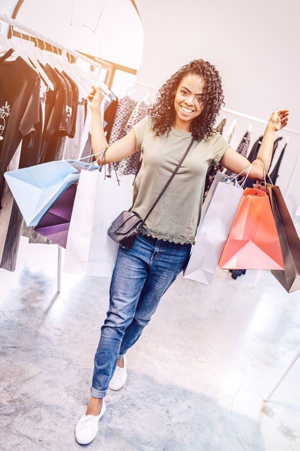 聪慧的妇女运载的购物袋 免版税库存照片