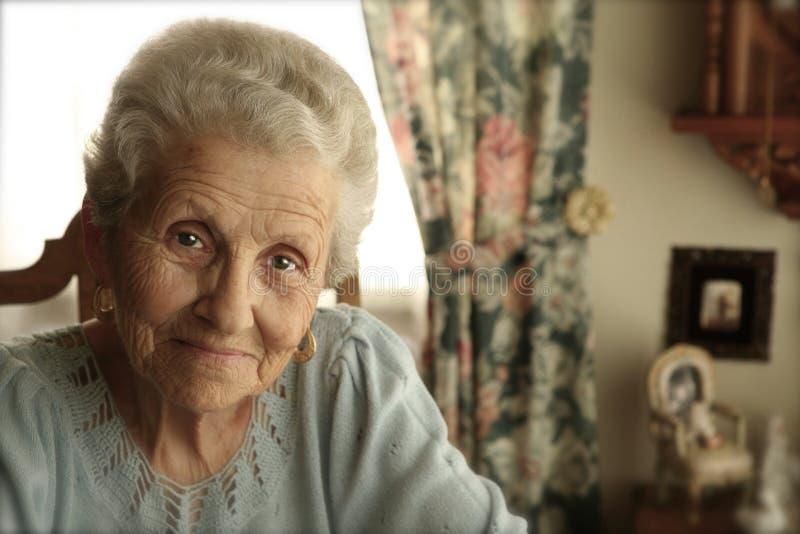 聪慧的年长的人眼睛妇女 免版税库存图片