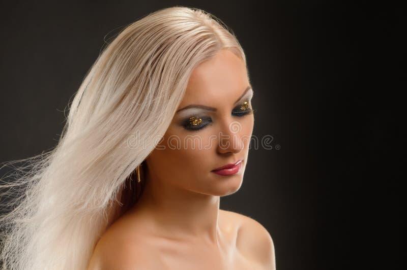 聪慧的白肤金发的妇女 库存图片