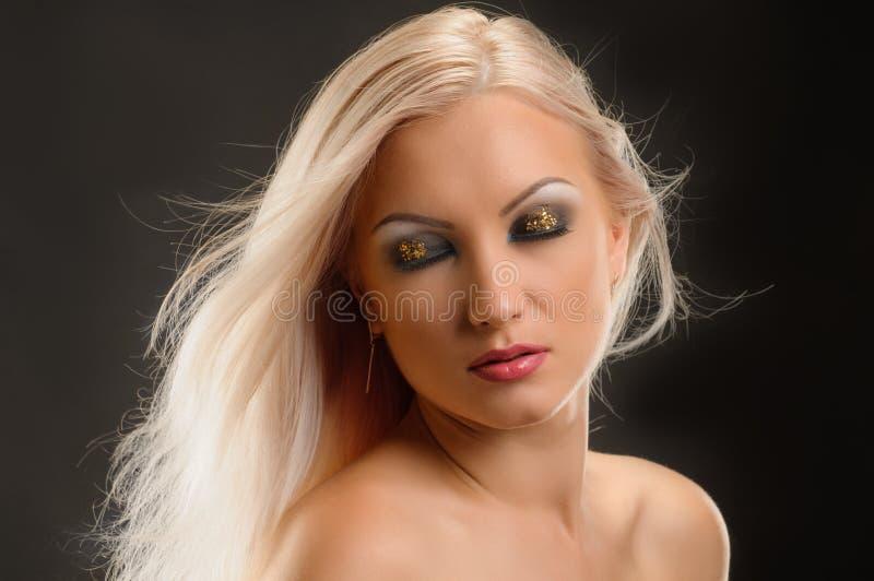 聪慧的白肤金发的妇女 免版税库存照片