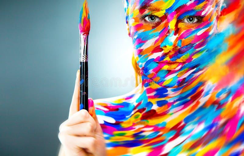 聪慧的美丽的女孩的画象有艺术的 免版税库存照片