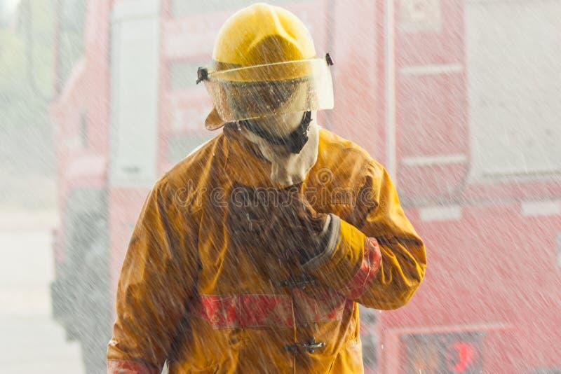 聪明消防员的工作困难和 免版税库存图片
