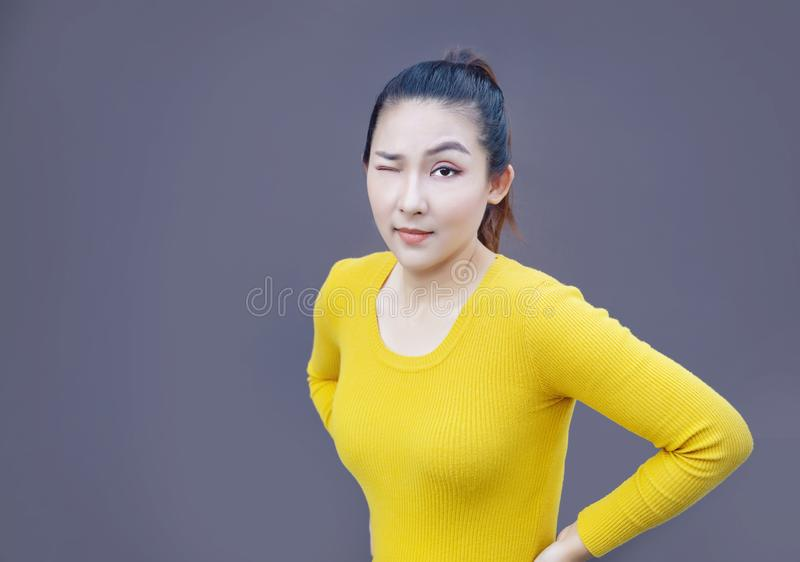 聪明的亚裔在黑暗的背景的女孩黄色礼服画象 库存照片