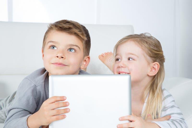 聪明的兄弟和姐妹画象  免版税库存图片