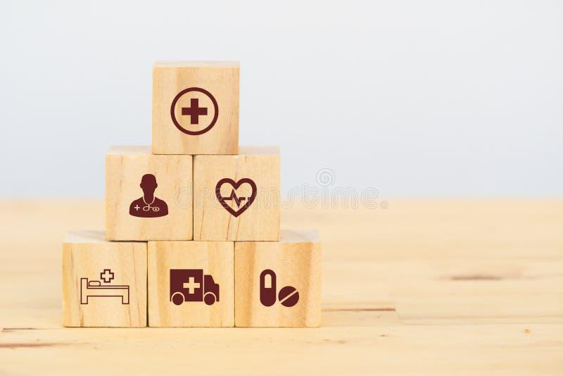 聪明的医疗保健,保险概念,木立方体象征保险保护或包括人,物产,责任,可靠性 免版税库存图片