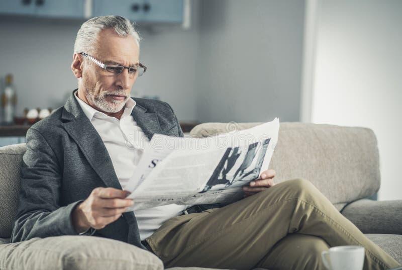 聪明的商人读书日报 图库摄影