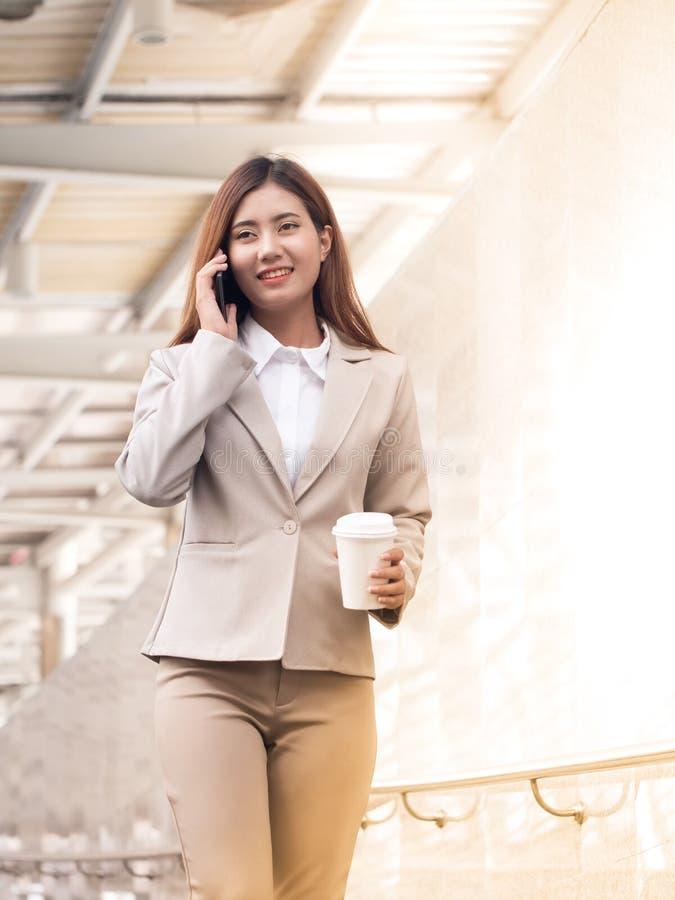 聪明的女商人画象有手机的 免版税库存图片