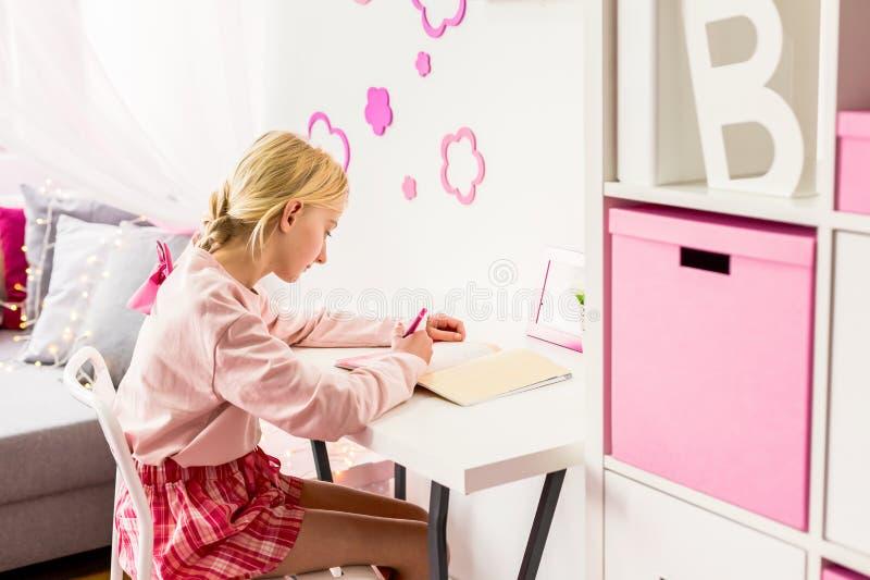聪明的女孩在屋子里 免版税库存照片