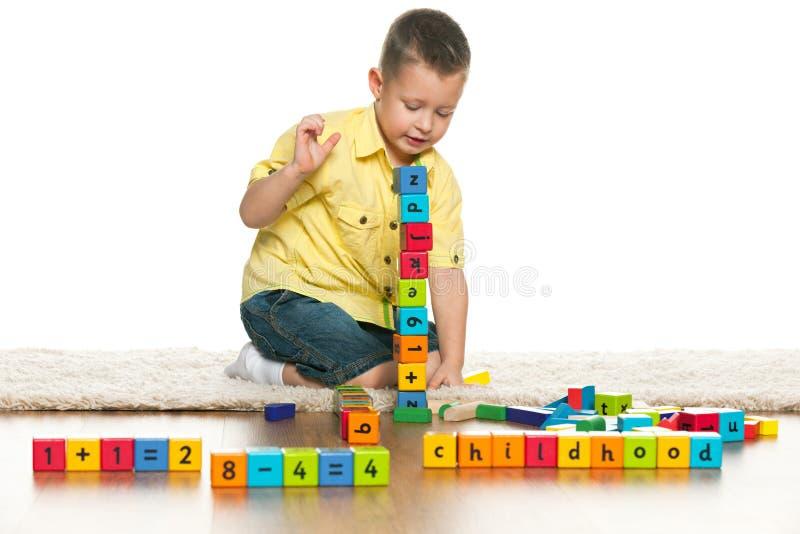 聪明的学龄前男孩使用与玩具 库存图片