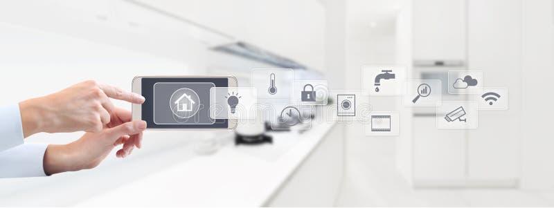 聪明的家庭自动化控制概念手接触手机scre 免版税库存照片