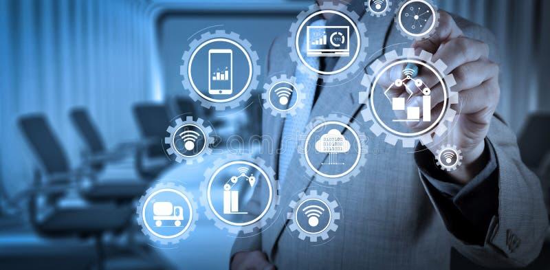 聪明的工厂和产业4 0和与事IoT互联网的被连接的生产机器人交换数据  免版税库存照片