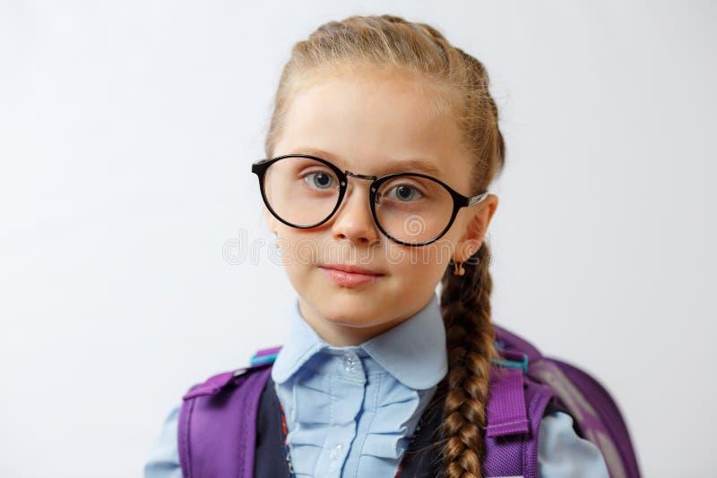 聪明的年轻学校女孩佩带的玻璃 免版税库存照片