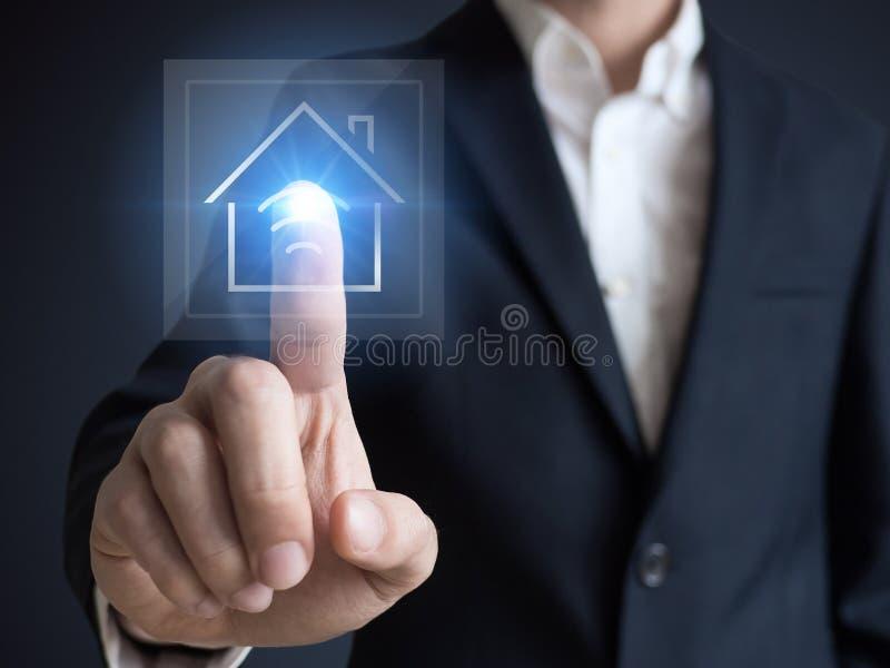 聪明的房子、聪明的家和家庭自动化概念 房子和无线通信的标志 免版税库存照片