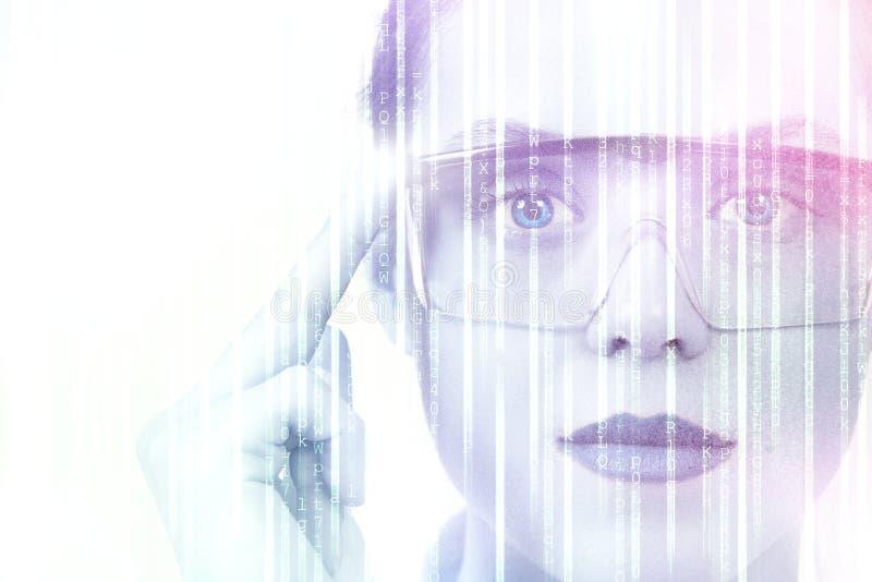 聪明的玻璃和被增添的现实概念 佩带与未来派屏幕的妇女现代眼镜 免版税库存照片