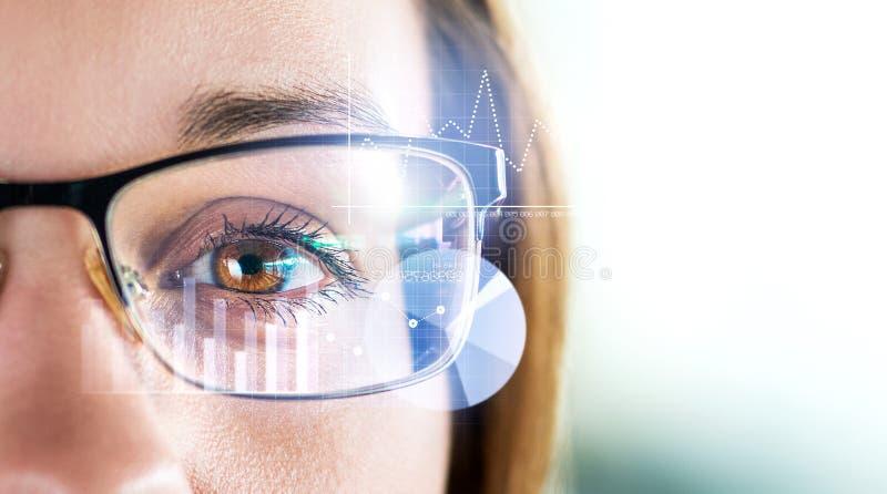 聪明的玻璃和被增添的现实概念 妇女佩带的moder眼镜 免版税库存照片