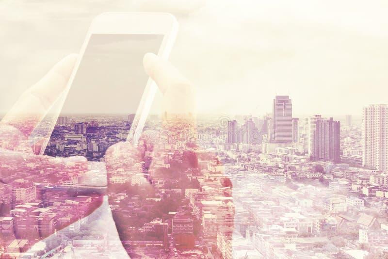 聪明的电话和都市风景背景 免版税库存照片