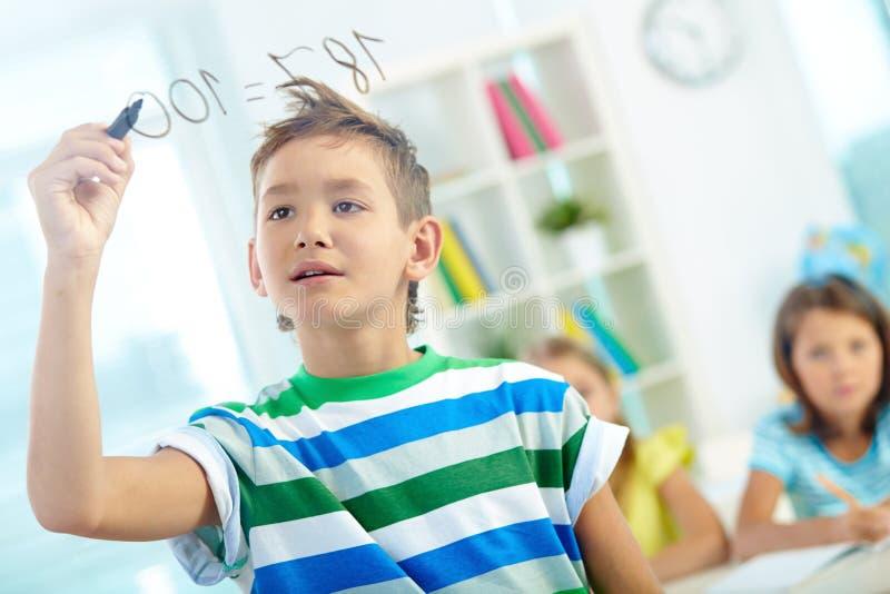 聪明的男小学生 库存图片