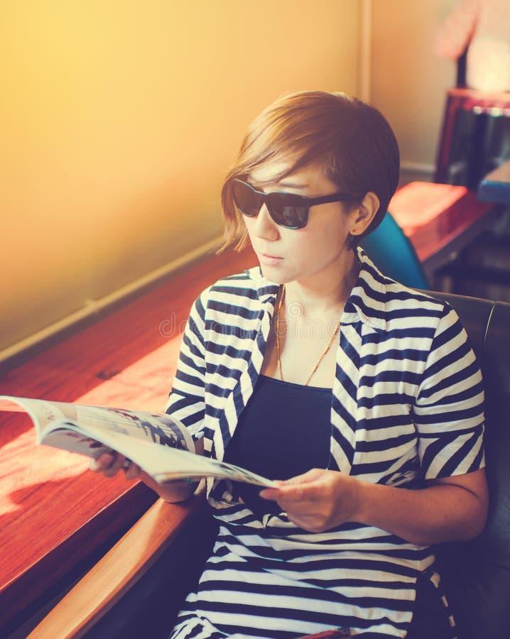 聪明的短发妇女佩带的太阳镜 免版税库存照片