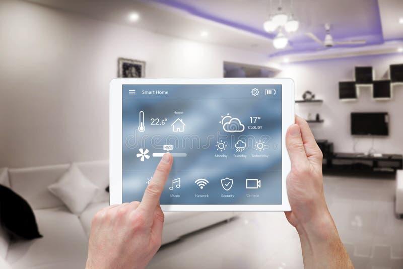 聪明的遥远的家庭控制系统app 免版税图库摄影