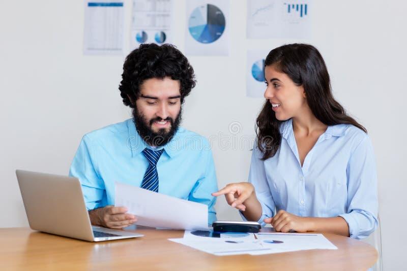 聪明的阿拉伯企业队在书桌的工作 免版税图库摄影