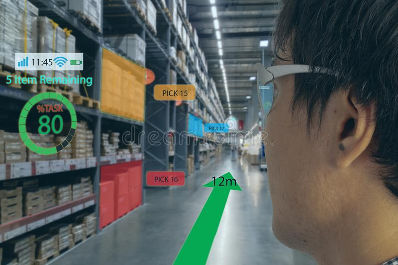 聪明的零售概念,顾客可能检查实时洞察什么数据到架子状态里关于一块聪明的玻璃的报告 免版税图库摄影