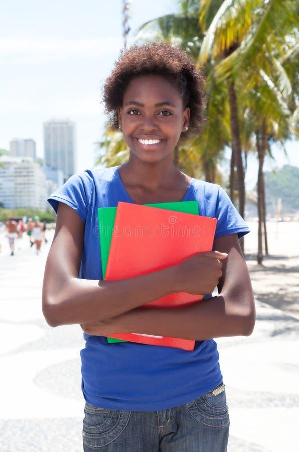 聪明的非裔美国人的学生在城市 图库摄影
