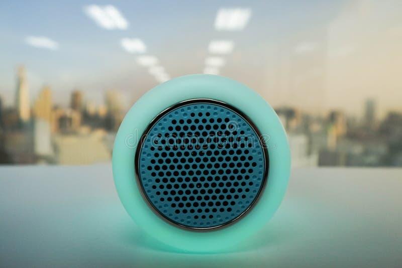 聪明的音乐无线报告人灯以绿色 免版税库存图片