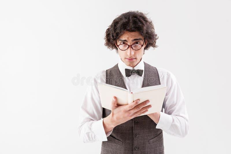 聪明的年轻人阅读书 库存照片