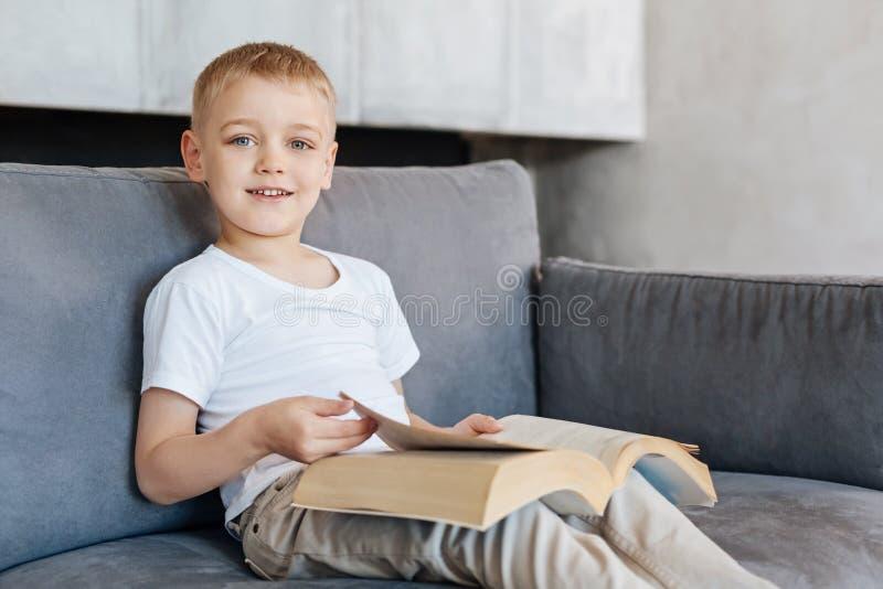 聪明的活泼的书的儿童转动的页 免版税库存照片