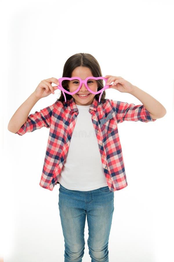 聪明 孩子愉快可爱享受童年 快乐孩子女孩心形的镜片 女孩卷曲发型 免版税库存图片