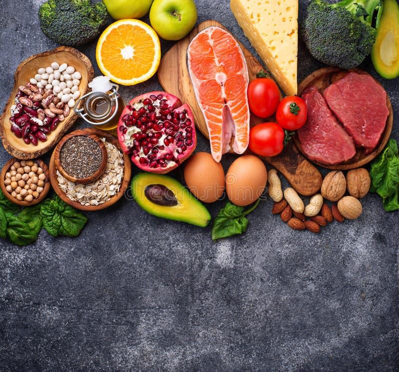 健康食物和superfood背景 肉,鱼,豆类,坚果,种子,绿色,油和菜顶视图