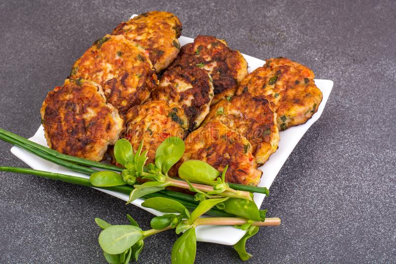 肉与菜的盘炸肉排在白色板材 免版税库存图片