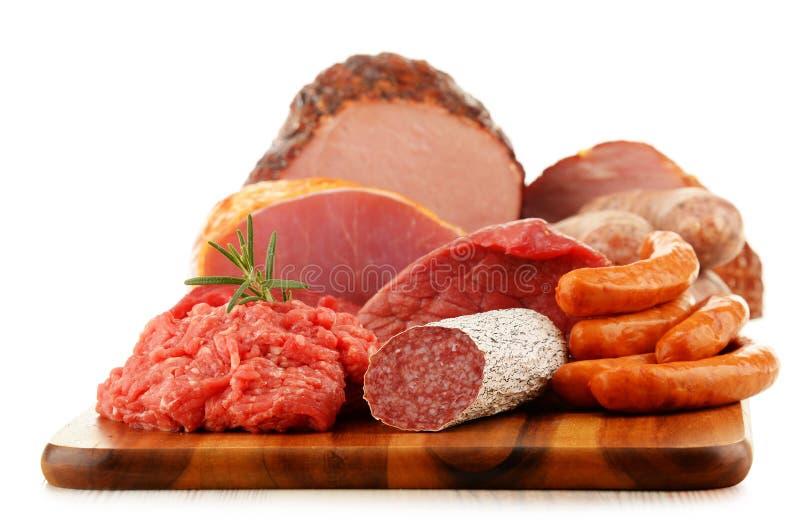 肉制品包括火腿和香肠在白色 免版税库存照片